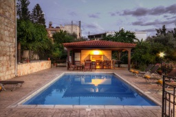 Бассейн. Кипр, Лисос : Каменная вилла с видом на Средиземное море и горы, с 5-ю спальнями, 4-мя ванными комнатами, с бассейном, беседкой с патио и традиционным барбекю