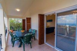 Балкон. Кипр, Нео Хорио : Вилла с видом на залив Chryshochou, с 3-мя спальнями, с бассейном, тенистой террасой с патио, расположена в причудливой деревушке Neo Chorion