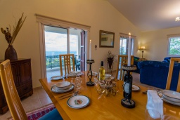 Обеденная зона. Кипр, Нео Хорио : Вилла с видом на залив Chryshochou, с 3-мя спальнями, с бассейном, тенистой террасой с патио, расположена в причудливой деревушке Neo Chorion