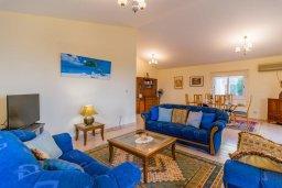 Гостиная. Кипр, Нео Хорио : Вилла с видом на залив Chryshochou, с 3-мя спальнями, с бассейном, тенистой террасой с патио, расположена в причудливой деревушке Neo Chorion