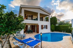 Вид на виллу/дом снаружи. Кипр, Нео Хорио : Вилла с видом на залив Chryshochou, с 3-мя спальнями, с бассейном, тенистой террасой с патио, расположена в причудливой деревушке Neo Chorion