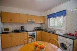 Кухня. Кипр, Нео Хорио : Вилла с видом на залив Chryshochou, с 3-мя спальнями, с бассейном, тенистой террасой с патио, расположена в причудливой деревушке Neo Chorion