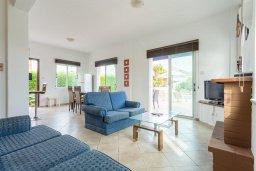 Гостиная. Кипр, Нео Хорио : Вилла с видом на море, с 3-мя спальнями, с бассейном, тенистой террасой с патио и барбекю, расположена недалеко от пляжа Neo Chorio 2 Beach