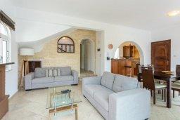 Гостиная. Кипр, Нео Хорио : Вилла с видом на море, с 3-мя спальнями, с бассейном, тенистой террасой с патио и традиционным каменным барбекю, расположена недалеко от пляжа Neo Chorio 2 Beach