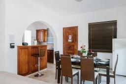 Обеденная зона. Кипр, Нео Хорио : Вилла с видом на море, с 3-мя спальнями, с бассейном, тенистой террасой с патио и традиционным каменным барбекю, расположена недалеко от пляжа Neo Chorio 2 Beach