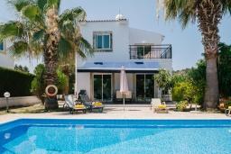 Вид на виллу/дом снаружи. Кипр, Нео Хорио : Вилла с видом на море, с 3-мя спальнями, с бассейном, тенистой террасой с патио и традиционным каменным барбекю, расположена недалеко от пляжа Neo Chorio 2 Beach