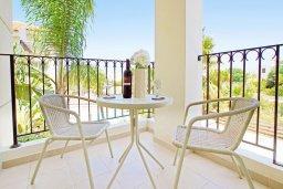 Балкон. Кипр, Пернера Тринити : Двухэтажная вилла  с двумя спальнями, с замечательным зелёным садом  и  частным бассейном и солнечной террасой