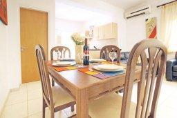 Обеденная зона. Кипр, Пернера Тринити : Двухэтажная вилла  с двумя спальнями, с замечательным зелёным садом  и  частным бассейном и солнечной террасой