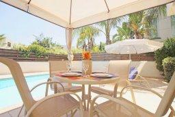 Зона отдыха у бассейна. Кипр, Пернера Тринити : Двухэтажная вилла  с двумя спальнями, с замечательным зелёным садом  и  частным бассейном и солнечной террасой