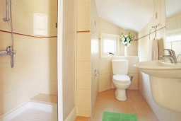 Ванная комната 2. Кипр, Ионион - Айя Текла : Очаровательная двухэтажная вилла с плавательным бассейном, патио и барбекю, расположена в тихом спокойном месте Айя Текла