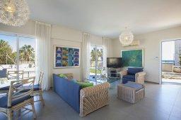 Гостиная. Кипр, Сиренс Бич - Айя Текла : Уютная и оборудованная двухэтажная вилла с 3-мя спальнями, с большим бассейном, патио  и великолепным видом на море