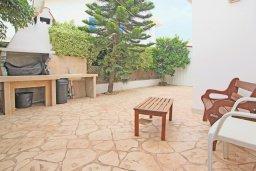 Территория. Кипр, Коннос Бэй : Комфортабельная двухэтажная вилла с 3-мя спальнями, с открытым бассейном, садиком и BBQ
