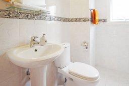 Туалет. Кипр, Коннос Бэй : Комфортабельная двухэтажная вилла с 3-мя спальнями, с открытым бассейном, садиком и BBQ