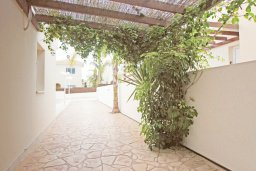 Беседка. Кипр, Коннос Бэй : Комфортабельная двухэтажная вилла с 3-мя спальнями, с открытым бассейном, садиком и BBQ