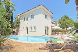 Фасад дома. Кипр, Коннос Бэй : Потрясающая вилла с видом на мыс Cape Greco, с 3-мя спальнями, с большим бассейном, потрясающим садом с пальмами, цветами и прекрасным видом на море