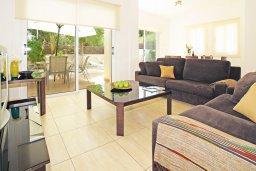 Гостиная. Кипр, Коннос Бэй : Потрясающая вилла с видом на мыс Cape Greco, с 3-мя спальнями, с большим бассейном, потрясающим садом с пальмами, цветами и прекрасным видом на море