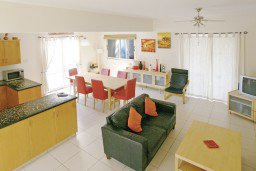 Гостиная. Кипр, Каво Марис Протарас : Просторная оборудованная трехэтажная вилла с 4-мя спальнями, с бассейном и барбекю