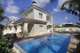 Фасад дома. Кипр, Центр Айя Напы : Красивая вилла с 3-мя спальнями, большим частным бассейном, расположенная в тихом, уединенном месте  Айя-Напы