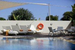 Зона отдыха у бассейна. Кипр, Центр Айя Напы : Красивая вилла с 3-мя спальнями, большим частным бассейном, расположенная в тихом, уединенном месте  Айя-Напы