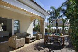 Терраса. Кипр, Центр Айя Напы : Красивая вилла с 3-мя спальнями, большим частным бассейном, расположенная в тихом, уединенном месте  Айя-Напы