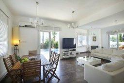 Обеденная зона. Кипр, Центр Айя Напы : Красивая вилла с 3-мя спальнями, большим частным бассейном, расположенная в тихом, уединенном месте  Айя-Напы