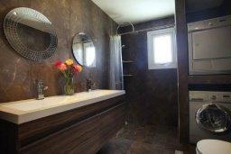 Ванная комната 2. Кипр, Центр Айя Напы : Красивая вилла с 3-мя спальнями, большим частным бассейном, расположенная в тихом, уединенном месте  Айя-Напы
