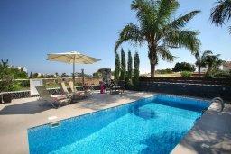 Зона отдыха у бассейна. Кипр, Пернера : Уютная вилла с 2-мя спальнями, открытым бассейном, зеленым садом и и солнечной террасой с барбекю