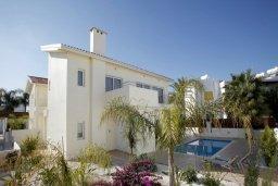 Вид на виллу/дом снаружи. Кипр, Фиг Три Бэй Протарас : Новая двухэтажная вилла с 3-мя спальнями,  с большим бассейном и террасой, в окружении деревьев и растений