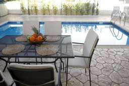 Патио. Кипр, Фиг Три Бэй Протарас : Новая двухэтажная вилла с 3-мя спальнями,  с большим бассейном и террасой, в окружении деревьев и растений
