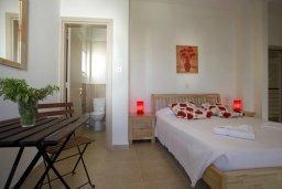 Спальня. Кипр, Фиг Три Бэй Протарас : Новая двухэтажная вилла с 3-мя спальнями,  с большим бассейном и террасой, в окружении деревьев и растений
