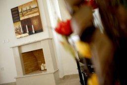 Камин. Кипр, Фиг Три Бэй Протарас : Новая двухэтажная вилла с 3-мя спальнями,  с большим бассейном и террасой, в окружении деревьев и растений