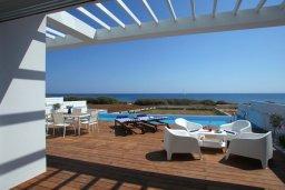 Терраса. Кипр, Пернера : Потрясающая, роскошная вилла в греческом стиле с 5-ю спальнями, расположенная на берегу моря, с частным открытым бассейном, бильярдом и игровой комнатой