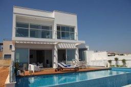 Фасад дома. Кипр, Пернера : Потрясающая, роскошная вилла в греческом стиле с 5-ю спальнями, расположенная на берегу моря, с частным открытым бассейном, бильярдом и игровой комнатой