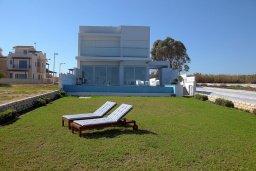 Территория. Кипр, Пернера : Потрясающая, роскошная вилла в греческом стиле с 5-ю спальнями, расположенная на берегу моря, с частным открытым бассейном, бильярдом и игровой комнатой