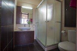 Ванная комната. Кипр, Коннос Бэй : Прекрасная вилла с 3-мя спальнями, с частным открытым бассейном, большой территорией с зеленым садом, барбекю и традиционной глиняной печью