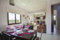 Обеденная зона. Кипр, Коннос Бэй : Прекрасная вилла с 3-мя спальнями, с частным открытым бассейном, большой территорией с зеленым садом, барбекю и традиционной глиняной печью