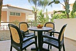 Терраса. Кипр, Каппарис : Апартамент с отдельной спальней и верандой с видом на зелёный сад, в комплексе с плавательным бассейном и теннисным кортом