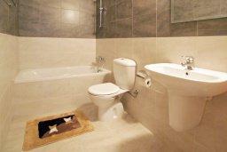 Ванная комната. Кипр, Каппарис : Апартамент с отдельной спальней и верандой с видом на зелёный сад, в комплексе с плавательным бассейном и теннисным кортом