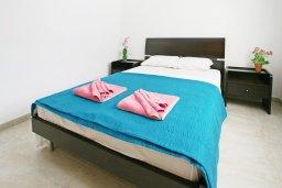 Спальня. Кипр, Каппарис : Апартамент с отдельной спальней и верандой с видом на зелёный сад, в комплексе с плавательным бассейном и теннисным кортом