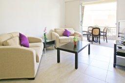 Гостиная. Кипр, Каппарис : Апартамент с отдельной спальней и верандой с видом на зелёный сад, в комплексе с плавательным бассейном и теннисным кортом