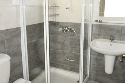 Ванная комната. Кипр, Каппарис : Апартамент с 3-мя спальнями для 6-ти человек с балконом в комплексе с плавательным бассейном и теннисным кортом.