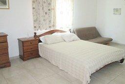 Спальня. Кипр, Каппарис : Апартамент с 3-мя спальнями для 6-ти человек с балконом в комплексе с плавательным бассейном и теннисным кортом.