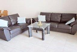 Гостиная. Кипр, Каппарис : Апартамент с 3-мя спальнями для 6-ти человек с балконом в комплексе с плавательным бассейном и теннисным кортом.