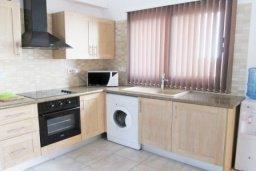 Кухня. Кипр, Каппарис : Апартамент с 3-мя спальнями для 6-ти человек с балконом в комплексе с плавательным бассейном и теннисным кортом.
