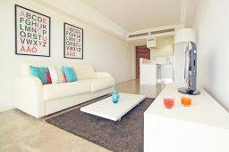 Гостиная. Кипр, Каво Марис Протарас : Апартамент на побережье с 1 спальней и панорамным видом на море, на вилле с бассейном и прекрасной зеленой лужайкой