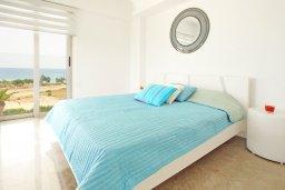 Спальня. Кипр, Каво Марис Протарас : Апартамент на побережье с 1 спальней и панорамным видом на море, на вилле с бассейном и прекрасной зеленой лужайкой