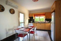 Кухня. Кипр, Пернера : Великолепная вилла с 4-мя спальнями,  с потрясающим видом на море, расположена в тихом районе Протараса