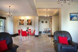 Гостиная. Кипр, Пернера : Великолепная вилла с 4-мя спальнями,  с потрясающим видом на море, расположена в тихом районе Протараса