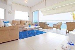 Гостиная. Кипр, Пернера Тринити : Апартамент на побережье в средиземноморском стиле с 2-мя спальнями, с огромным балконом и чудесным видом на море
