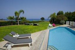 Бассейн. Кипр, Пернера : Комплекс из двух вилл с 8 спальнями, с открытым бассейном, большой зеленой территорией, пляжным волейболом и панорамным видом на море